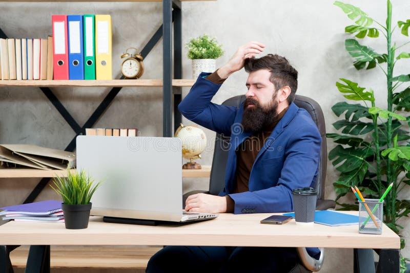 Zapominał hasło Mężczyzny szefa brodaty kierownik siedzi biuro z laptopem Kierownik rozwiązuje biznesowych problemy online sprawa obraz royalty free