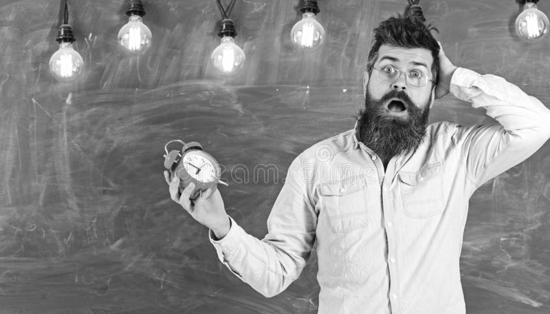 Zapominał o czasu pojęciu Mężczyzna z brodą i wąsy na zmieszanym twarzy wyrażeniu w sala lekcyjnej Nauczyciel w eyeglasses zdjęcia royalty free