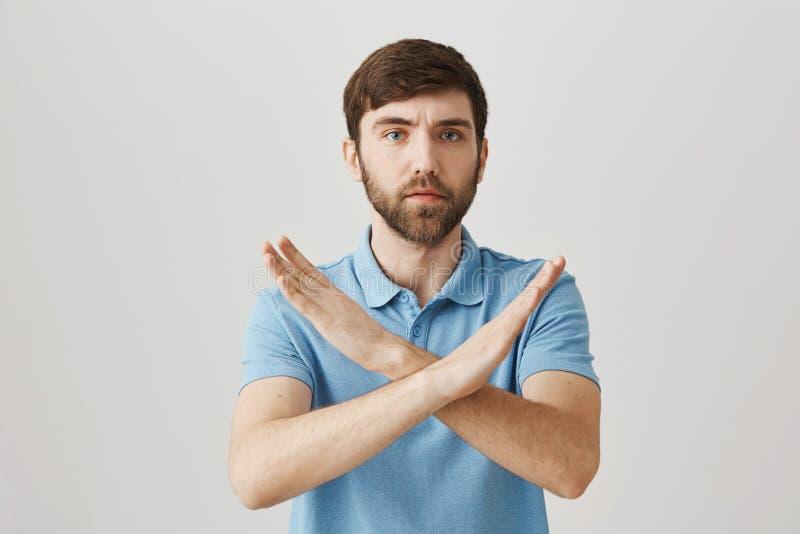 Zapomina o mnie, Ja mówić nie Portret ufna poważna młoda brodata mężczyzna seansu przerwa lub spadku gest z nastroszonym obrazy stock