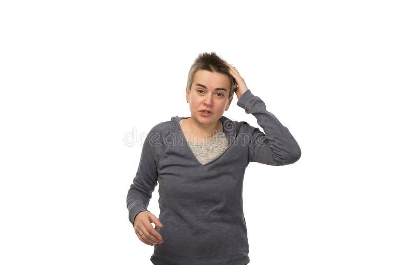 Zapominalska brunetki biała kobieta trzyma jej bolącą głowę z krótkim włosy pojedynczy białe tło zdjęcie royalty free