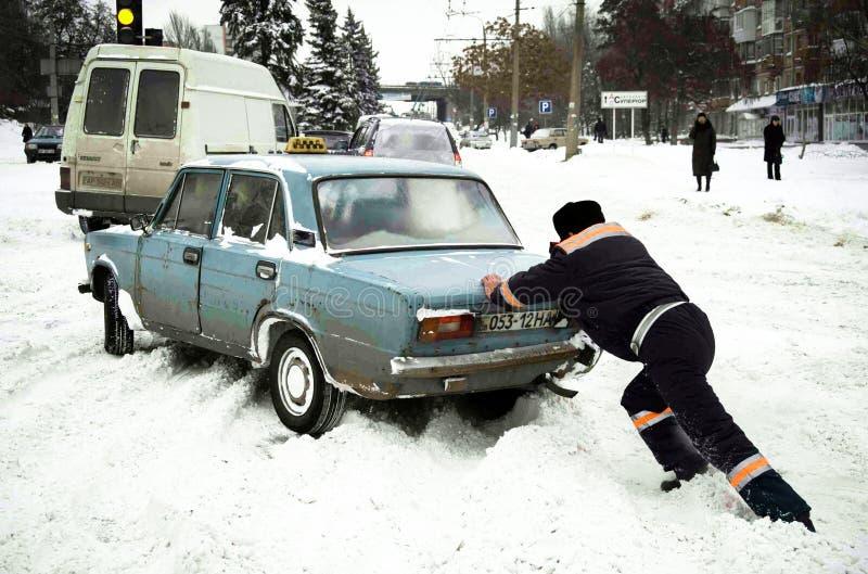 ZAPORIZHIA, UCRÂNIA 17 de dezembro de 2009: transporte parado após a queda de neve Cena urbana do inverno fotografia de stock royalty free