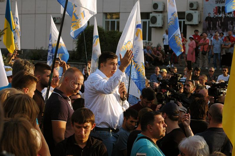 "ZAPORIZHIA UKRAINA †""September 21, 2017: Mikheil Saakashvili politiskt möte med folk i fyrkant i mitt av royaltyfri fotografi"