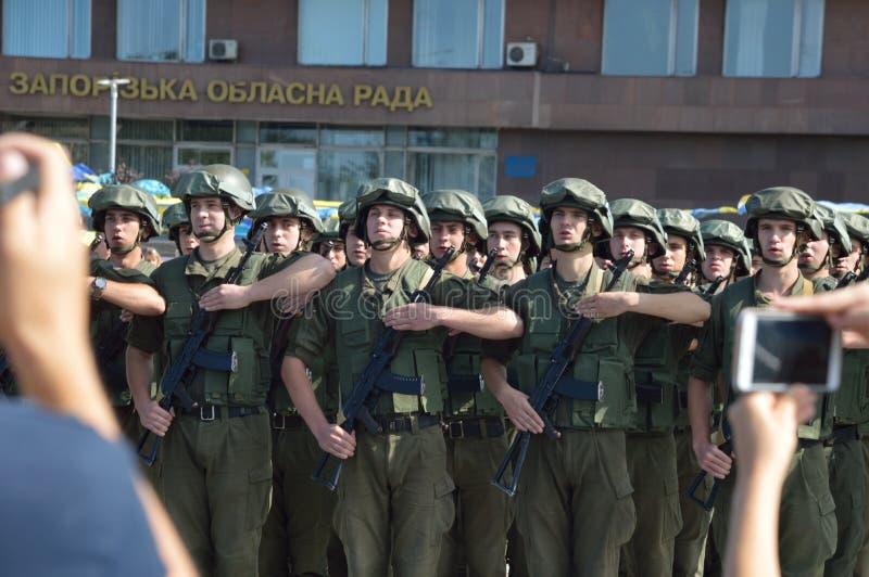 ZAPORIZHIA UKRAINA Augusti 24, 2016: Självständighetsdagen av Ukraina Militär marsch av den Ukraina armén arkivfoton
