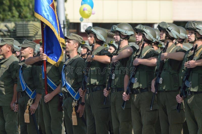 ZAPORIZHIA UKRAINA Augusti 24, 2016: Självständighetsdagen av Ukraina Militär marsch av den Ukraina armén arkivbilder