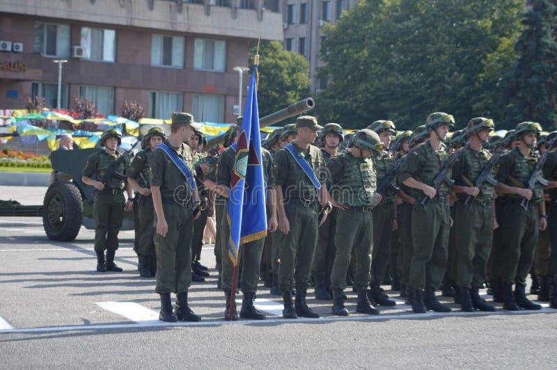ZAPORIZHIA UKRAINA Augusti 24, 2016: Självständighetsdagen av Ukraina Militär marsch av den Ukraina armén royaltyfri fotografi