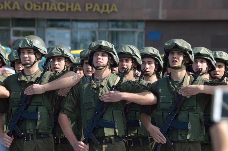 ZAPORIZHIA UKRAINA Augusti 24, 2016: Självständighetsdagen av Ukraina Militär marsch av den Ukraina armén royaltyfria bilder