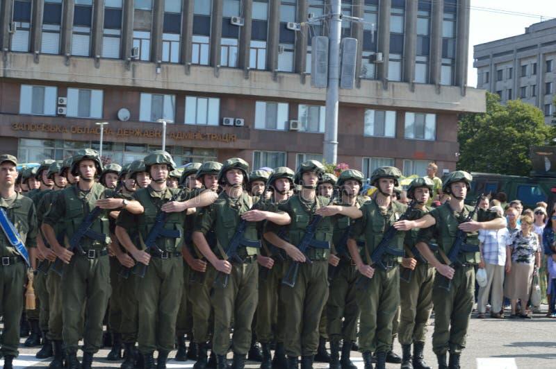 ZAPORIZHIA UKRAINA Augusti 24, 2016: Självständighetsdagen av Ukraina Militär marsch av den Ukraina armén royaltyfri bild