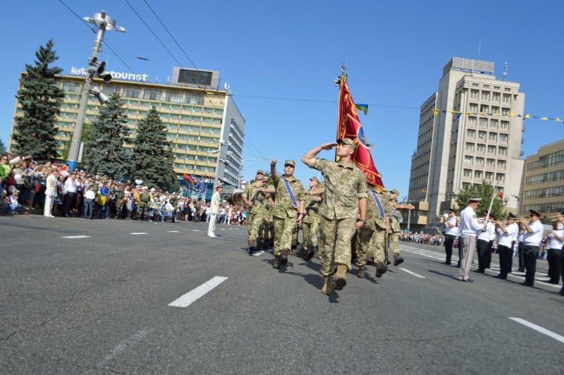 ZAPORIZHIA UKRAINA Augusti 24, 2016: Självständighetsdagen av Ukraina Militär marsch av den Ukraina armén arkivbild