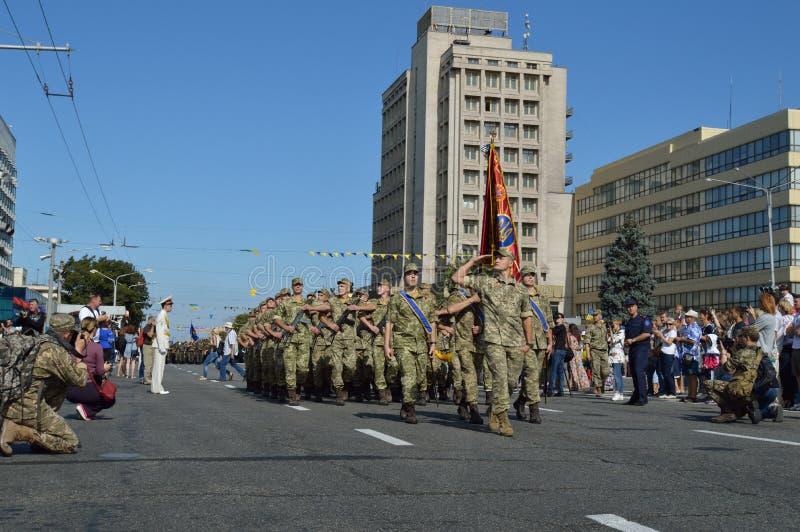 ZAPORIZHIA UKRAINA Augusti 24, 2016: Självständighetsdagen av Ukraina Militär marsch av den Ukraina armén arkivfoto