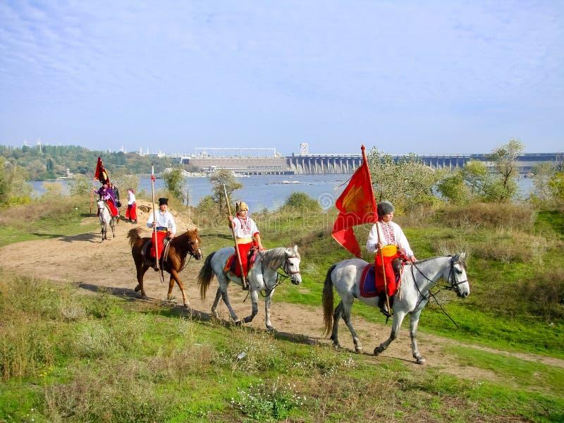 Zaporizhia, Ukraina - 14 JULI 2010: Ukrainas kosackar på ön Khortytsya Khortytsia royaltyfri bild