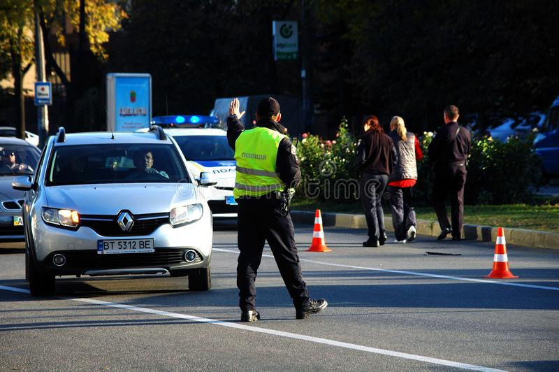 ZAPORIZHIA UKRAINA Oktober 10, 2017: Polisen arbetar på bilolyckan Krascha bilen arkivfoto