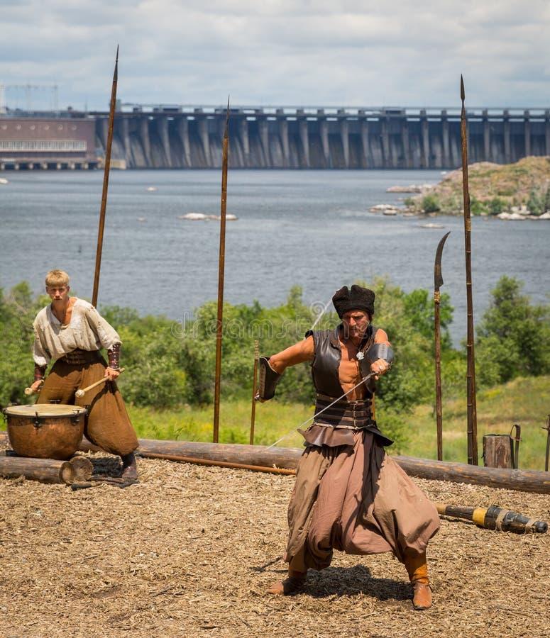 Download ZAPORIZHIA, UKRAINE-JUNE 21: Ukraińscy Kozaczkowie 21, 2014 W Zapo Fotografia Editorial - Obraz złożonej z fencing, średniowieczny: 41953357