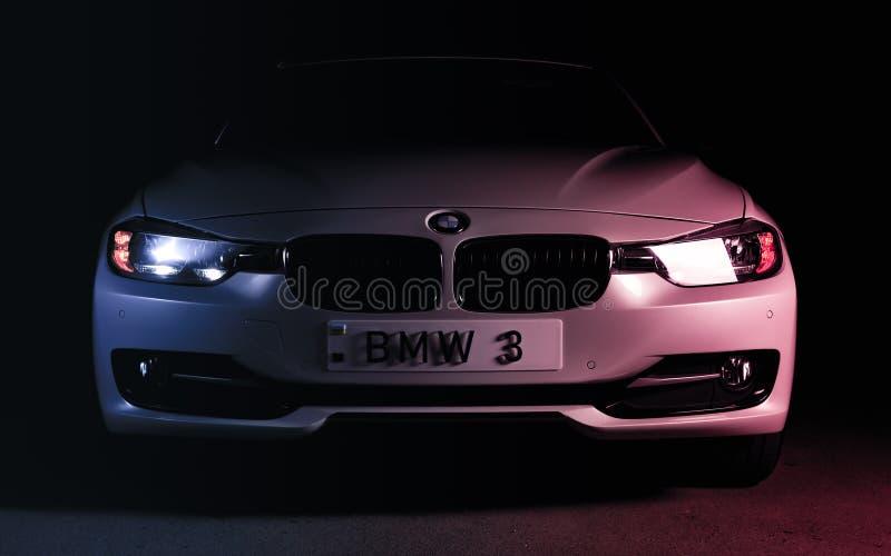 Запорожье, Украина, 8 Марта 2020 Года. BMW 328i, белый автомобиль крупным планом на черном фоне. Стоковая фотография