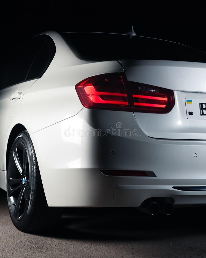Запорожье, Украина, 8 Марта 2020 Года. BMW 328i, белый автомобиль крупным планом на черном фоне. Стоковое изображение без роялти
