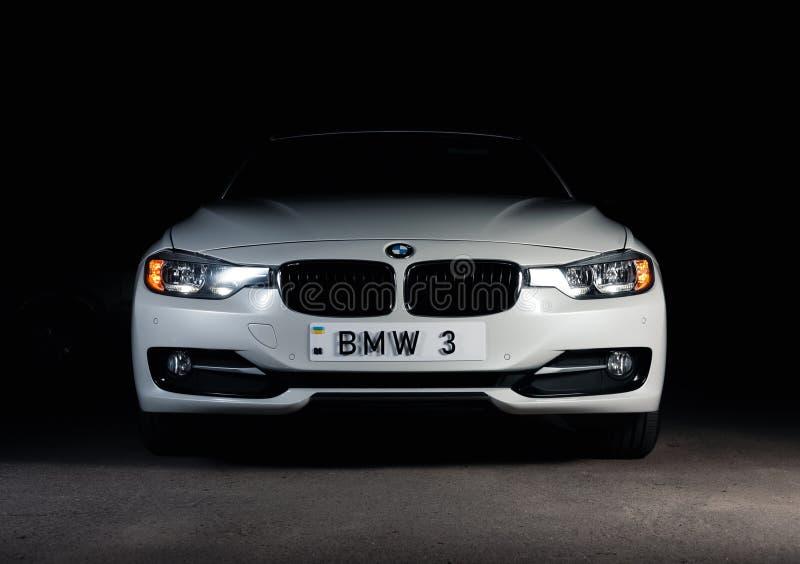 Запорожье, Украина, 8 Марта 2020 Года. BMW 328i, белый автомобиль крупным планом на черном фоне. Стоковые изображения без роялти
