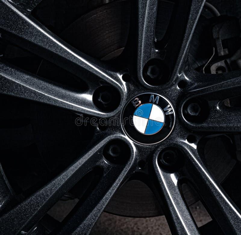 Запорожье, Украина, 8 Марта 2020 Года. BMW 328i, белый автомобиль крупным планом на черном фоне. Стоковая фотография без роялти
