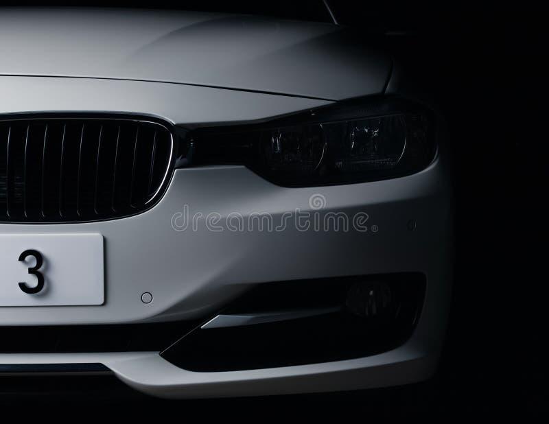 Запорожье, Украина, 8 Марта 2020 Года. BMW 328i, белый автомобиль крупным планом на черном фоне. Стоковые изображения