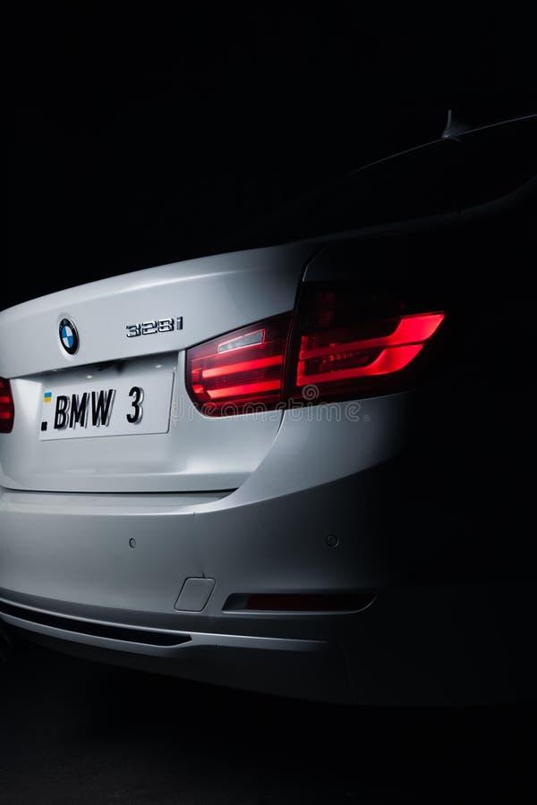 Запорожье, Украина, 8 Марта 2020 Года. BMW 328i, белый автомобиль крупным планом на черном фоне. Стоковое фото без роялти
