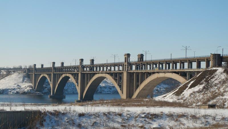 Zaporizhzhia/Ucrania - 02-09-2017: Ajardine en puente de Dnipro del † del río y de Ð de Preobrazhensky fotografía de archivo libre de regalías