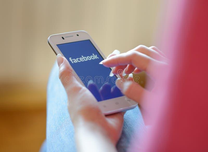 ZAPORIZHZHYA, DE OEKRAÏNE - NOVEMBER 21, 2014: Jonge Vrouw die Google-Webonderzoek op Slimme Telefoon gebruiken royalty-vrije stock afbeeldingen