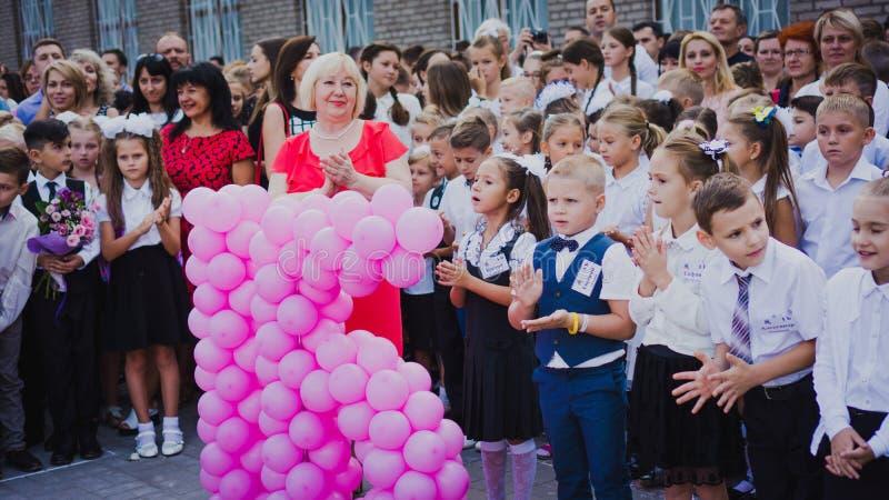 Zaporozhye, de Oekraïne - September 1, 2018: de eerste-nivelleermachines bevinden zich op een heerser in openlucht met leraren en royalty-vrije stock afbeelding