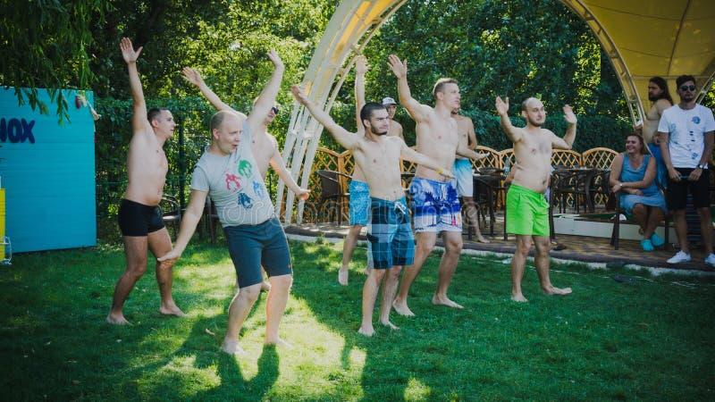 Zaporozhye, sierpień 2018 basenu przyjęcie w firmy ovoh, Właśnie tanczy grupy młodzi człowiecy tanczy wpólnie i patrzeje szczęśli obrazy royalty free