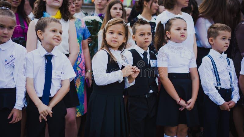 Zaporozhye Ukraina, Wrzesień, - 1, 2018: równiarki stoją na władcie z nauczycielami i szkoła średnia uczniami na otwartej przestr obraz stock