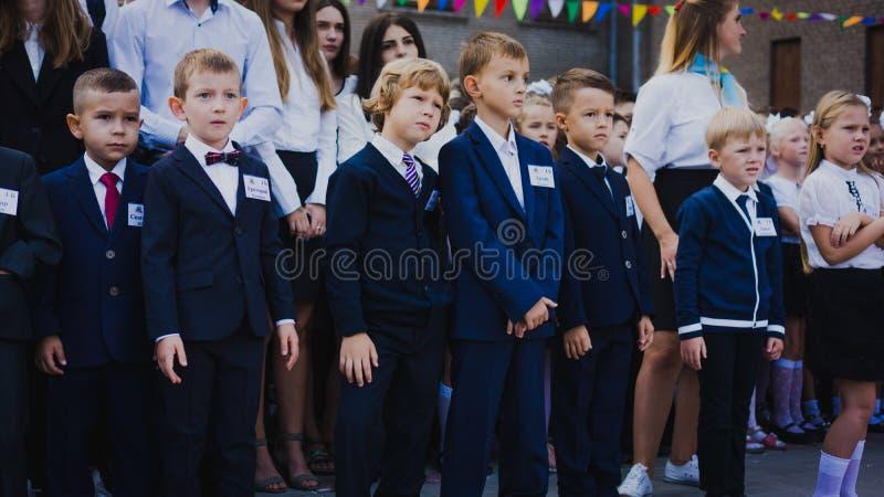 Zaporozhye, Ukraine - 1er septembre 2018 : les premier-niveleuses se tiennent sur une règle en plein air avec des professeurs et  photographie stock