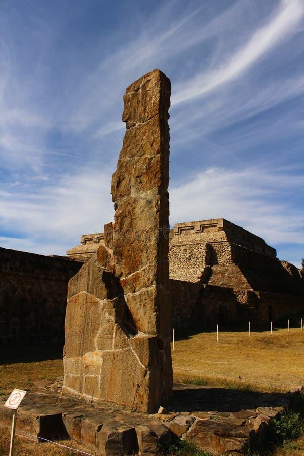 Zapotec-Relikt mit einem Wispy Himmel stockbilder