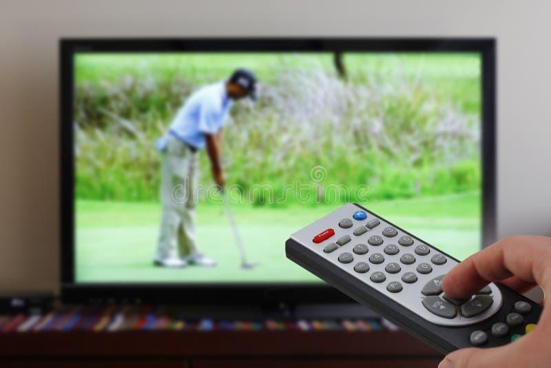 Zapping Fernsehen während des Golfs lizenzfreies stockfoto