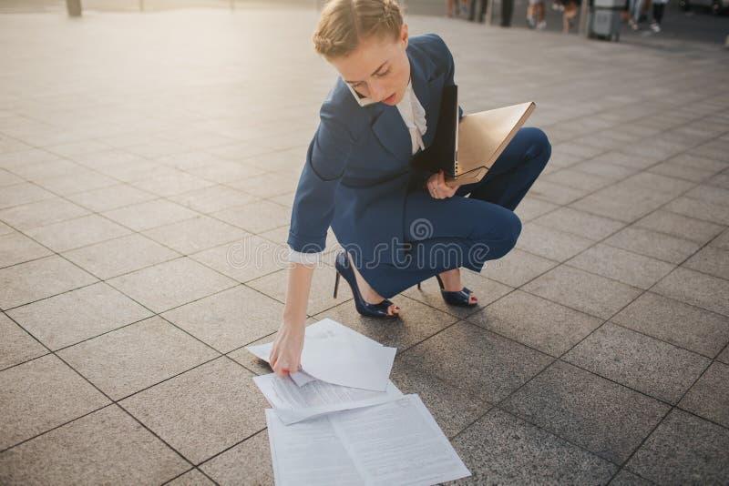 Zapracowana biznesowa kobieta ma mnóstwo papierkową robotę Biznesowa kobieta otaczająca udziałami papiery kobieta jednostek gospo zdjęcia royalty free