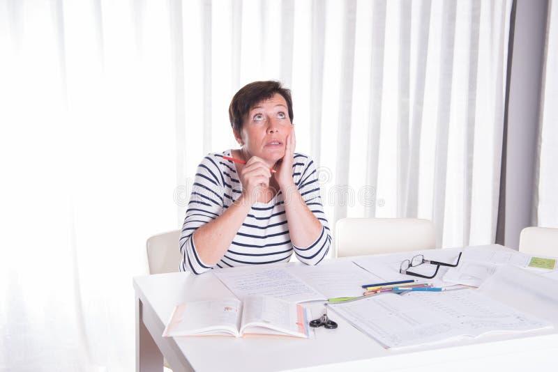 Download Zapracowana Kobieta Patrzeje Children Pracę Domową Obraz Stock - Obraz złożonej z dziecko, homework: 57674309