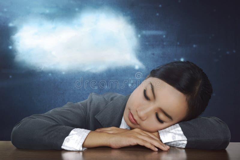 Zapracowany azjatykci biznesowej kobiety dosypianie w biurku przy pracą obrazy stock