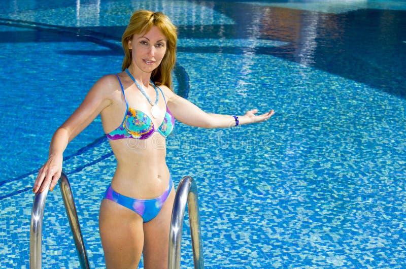 Download Zaprasza Basenu ładnych Pływackich Kobiety Potomstwa Obraz Stock - Obraz złożonej z relaksuje, swimsuit: 13326223
