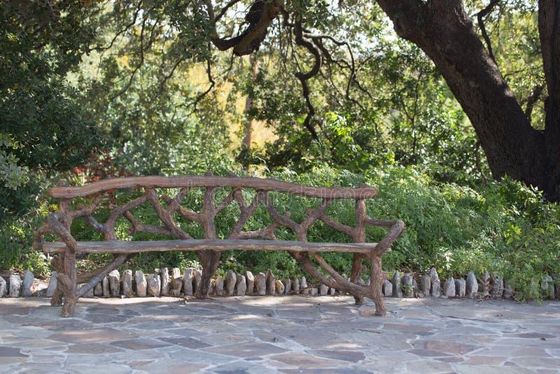 Zapraszająca ławka w miasto parku zdjęcie stock