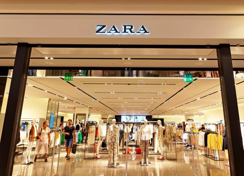 Zara Store in Rome, Italië met mensen het winkelen royalty-vrije stock afbeeldingen