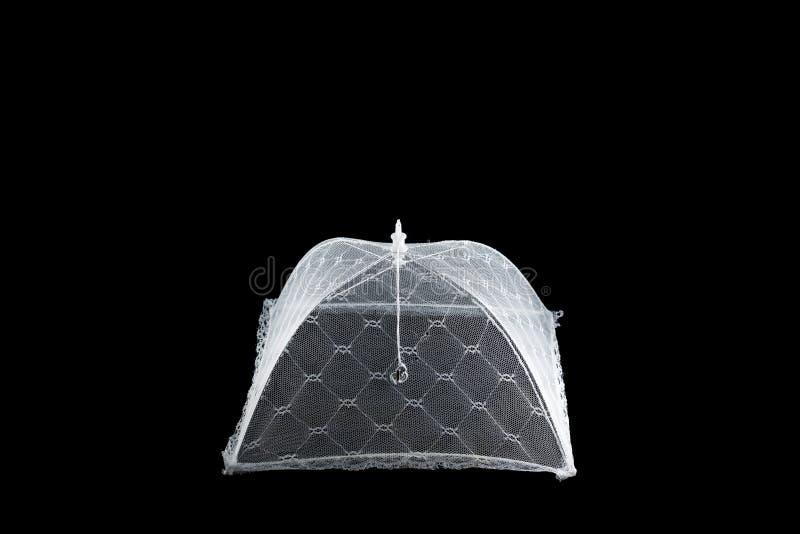 Zarabia netto ochraniać jedzenie od insektów przy pinkinem na czarnym tle, odizolowywa, obrazy stock