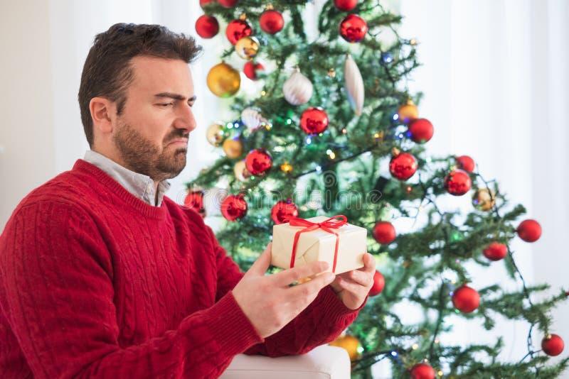 Zarabiający za mężczyźnie mylnym prezentem dla bożych narodzeń obrazy stock