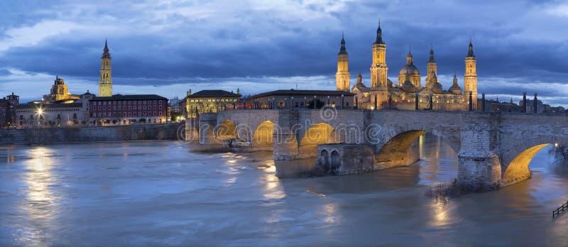 Zaragoza - cityscapen från det domkyrkaBasilika del Pilar tornet med den Puente de Piedra bron arkivbild