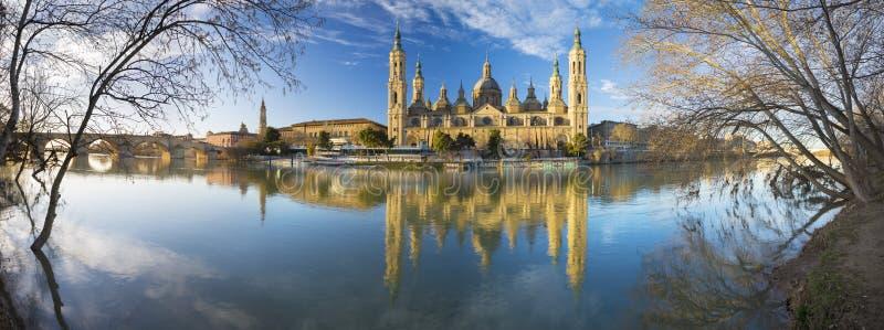 Zaragoza - el panorama ower del puente de Basilica del Pilar y de Puente de Piedra el río Ebro en el ligh de la mañana imagen de archivo