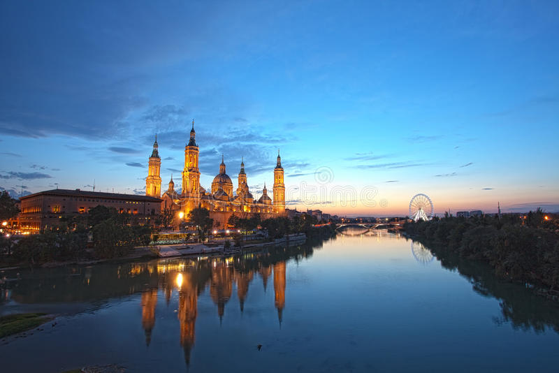 Zaragoza en noche fotografía de archivo