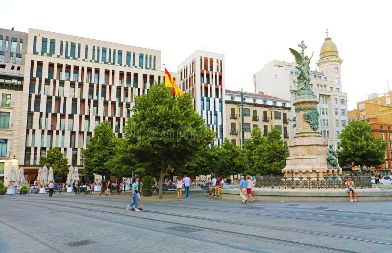 ZARAGOZA, ESPAÑA - 1 DE JULIO DE 2019: Cuadrado de Espana de la plaza y avenida de Paseo de la Independencia, Zaragoza, España foto de archivo