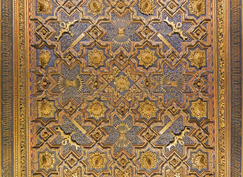 ZARAGOZA, ESPAÑA - 2 DE MARZO DE 2018: El techo tallado en el palacio mudéjar de Aljaferia del La foto de archivo libre de regalías