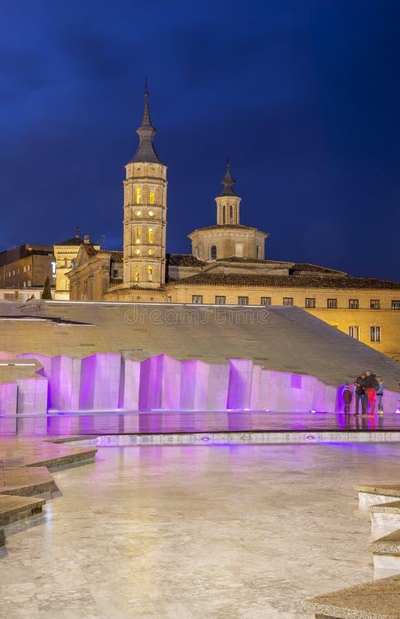 ZARAGOZA, ESPAÑA - 2 DE MARZO DE 2018: La torre de la iglesia Iglesia de San Juan de los Panetes y fuente moderna en la plaza del foto de archivo