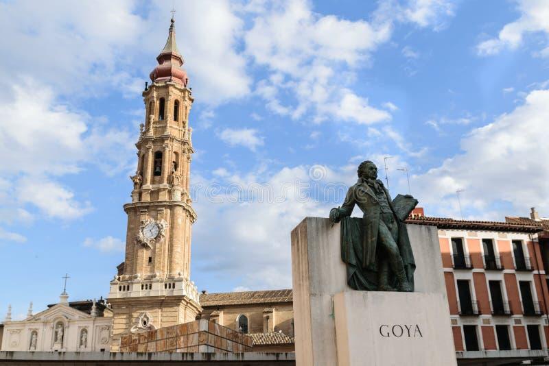 Zaragoza, España, estatua de Francisco de Goya con la torre de la catedral del salvador foto de archivo