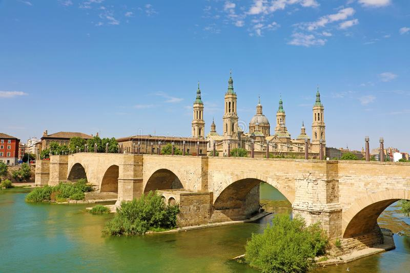 Zaragoza - het panorama met de brug Puente DE Piedra en Cathedral Basilica del Pilar royalty-vrije stock foto's