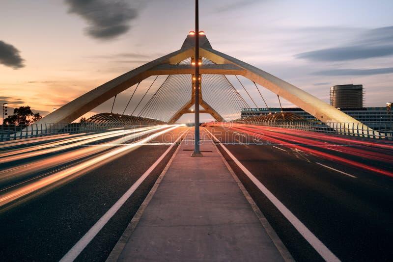Zaragoza Hiszpania, Maj, - 23, 2016: Trzeci milenium most przy zmierzchem Ten most budował w 2008 dla międzynarodowego expo zdjęcie royalty free