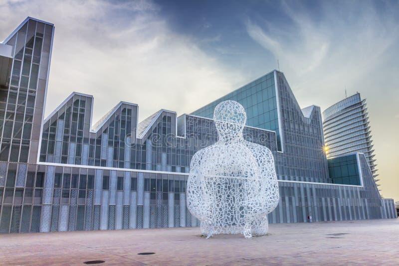 Zaragoza, la estatua moderna y la torre de agua fotos de archivo