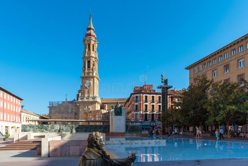 ZARAGOZA SPANIEN - SEPTEMBER 27, 2017: Domkyrkan av frälsaren eller Catedralen del Salvador Kopiera utrymme för text royaltyfri bild