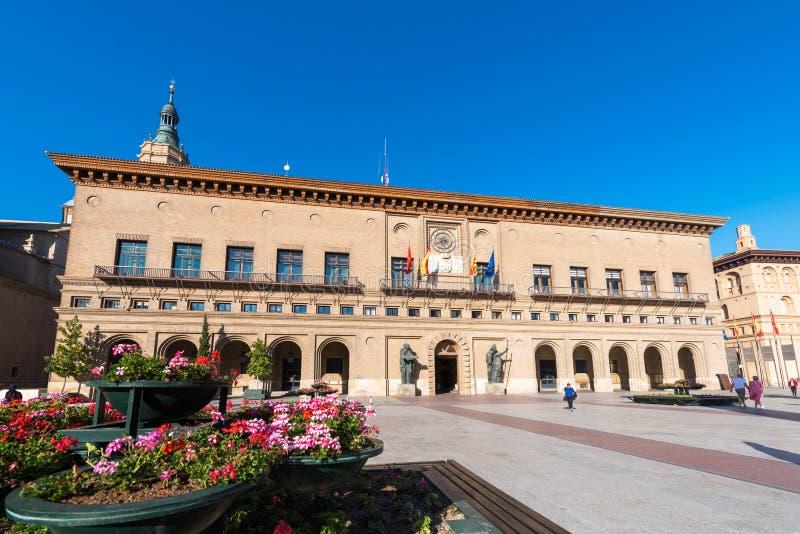 ZARAGOZA SPANIEN - SEPTEMBER 27, 2017: Sikt av byggnaden av stadshuset Kopiera utrymme för text arkivfoto